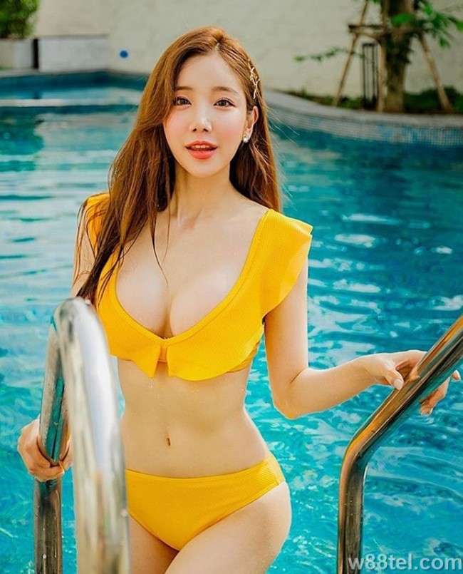 DJ Sura is sexy with a super-tight waist to beat Instagram virtual world island (7)